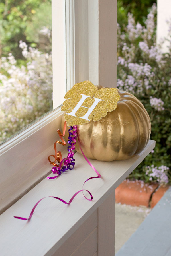 DIY - No-Carve Halloween Pumpkin with Gold Spray Paint and a Glitter Leaf